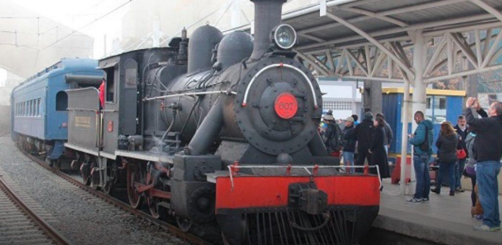 Centenaria locomotor a vapor encabezó celebración del día del Patrimonio en Estación Central