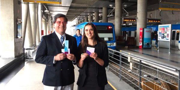 Valparaíso en 100 palabras llegó al Metro regalando libros a los pasajeros